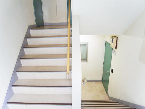 大京町サンハイツ 階段